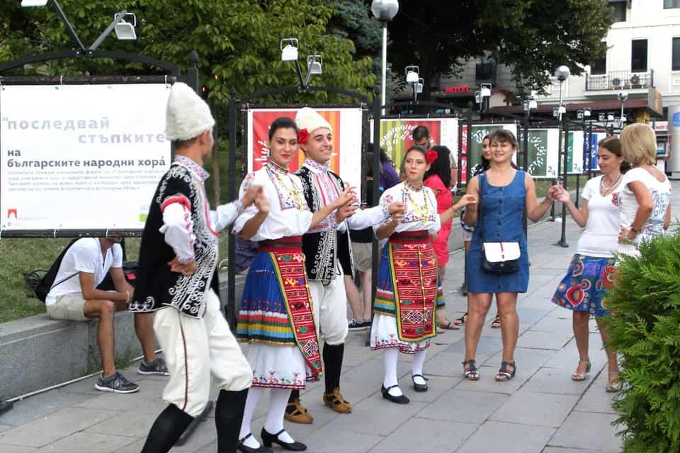 хоро на улицата пред изложбата Последвай стъпките