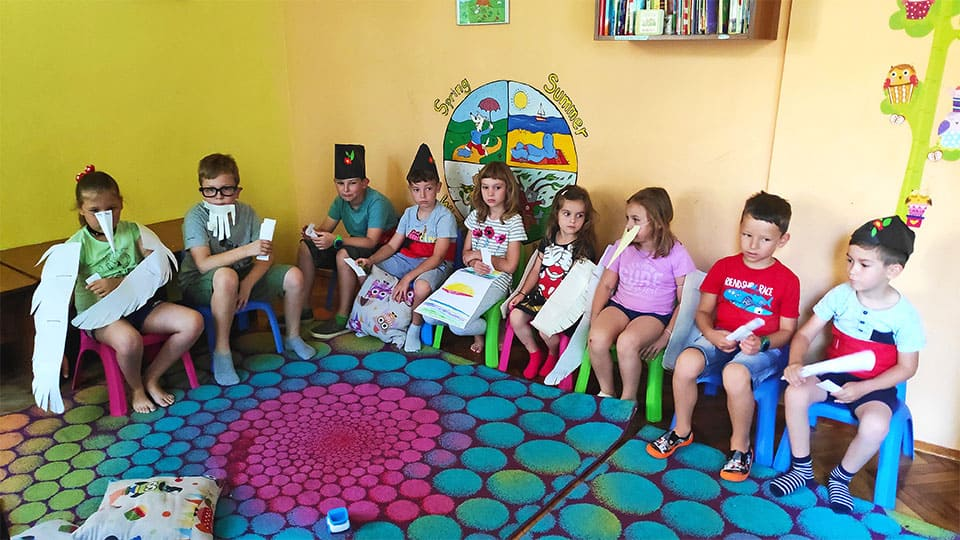 """деца обсъждат изводите и поуките от българските народни приказки в детска програма """"Тинтири-Минтири"""""""