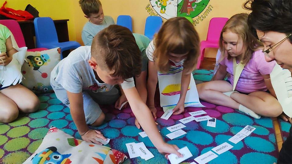 """деца избират листчета с архаични думи от български приказки в детска програма """"Тинтири-Минтири"""""""