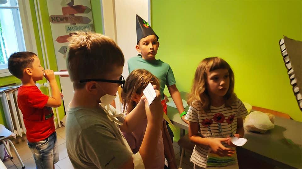 """деца четат листчета с откъси от български приказки в детска програма """"Тинтири-Минтири"""""""