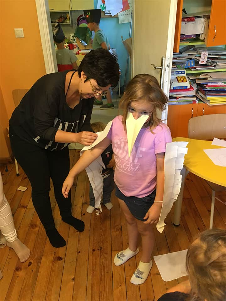 """дете облича приказен реквизит на птица в детска програма """"Тинтири-Минтири"""""""