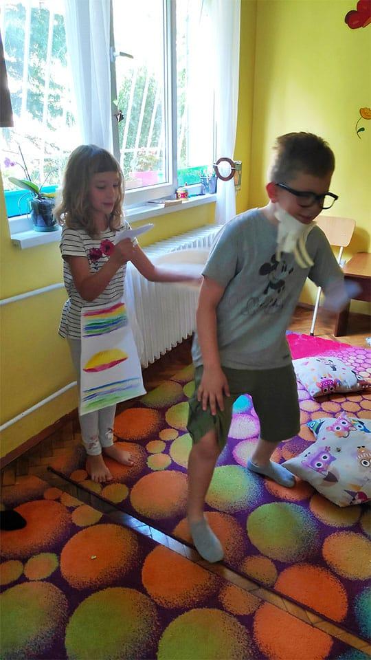 """деца четат и разиграват приказка в детска програма """"Тинтири-Минтири"""""""