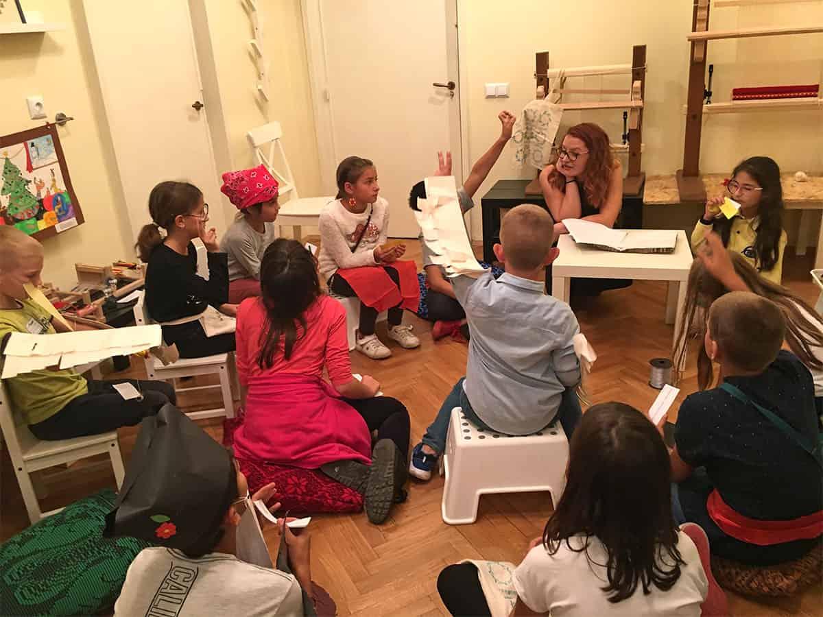 деца анализират резултати с учител