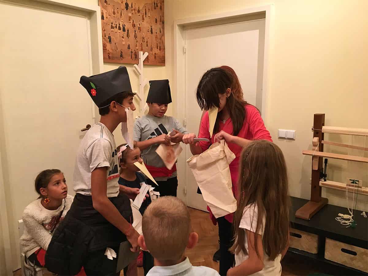 детска театрална импровизация с жерав и дядо с брада