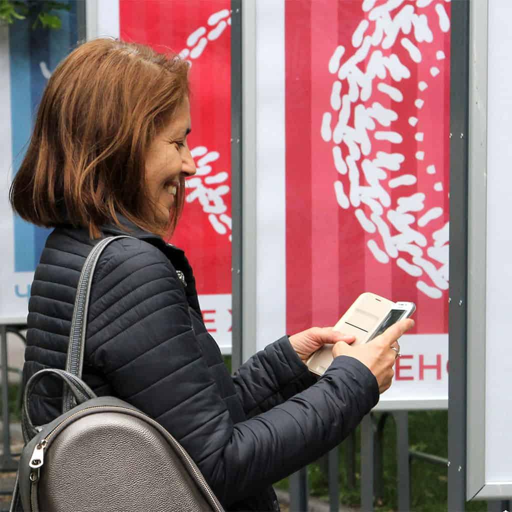 жена гледа формите на хорото на апликацията Таратанци добавена реалност