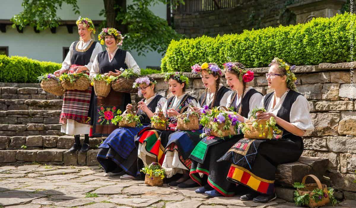 лазарки пеят в Етъра на Лазаровден