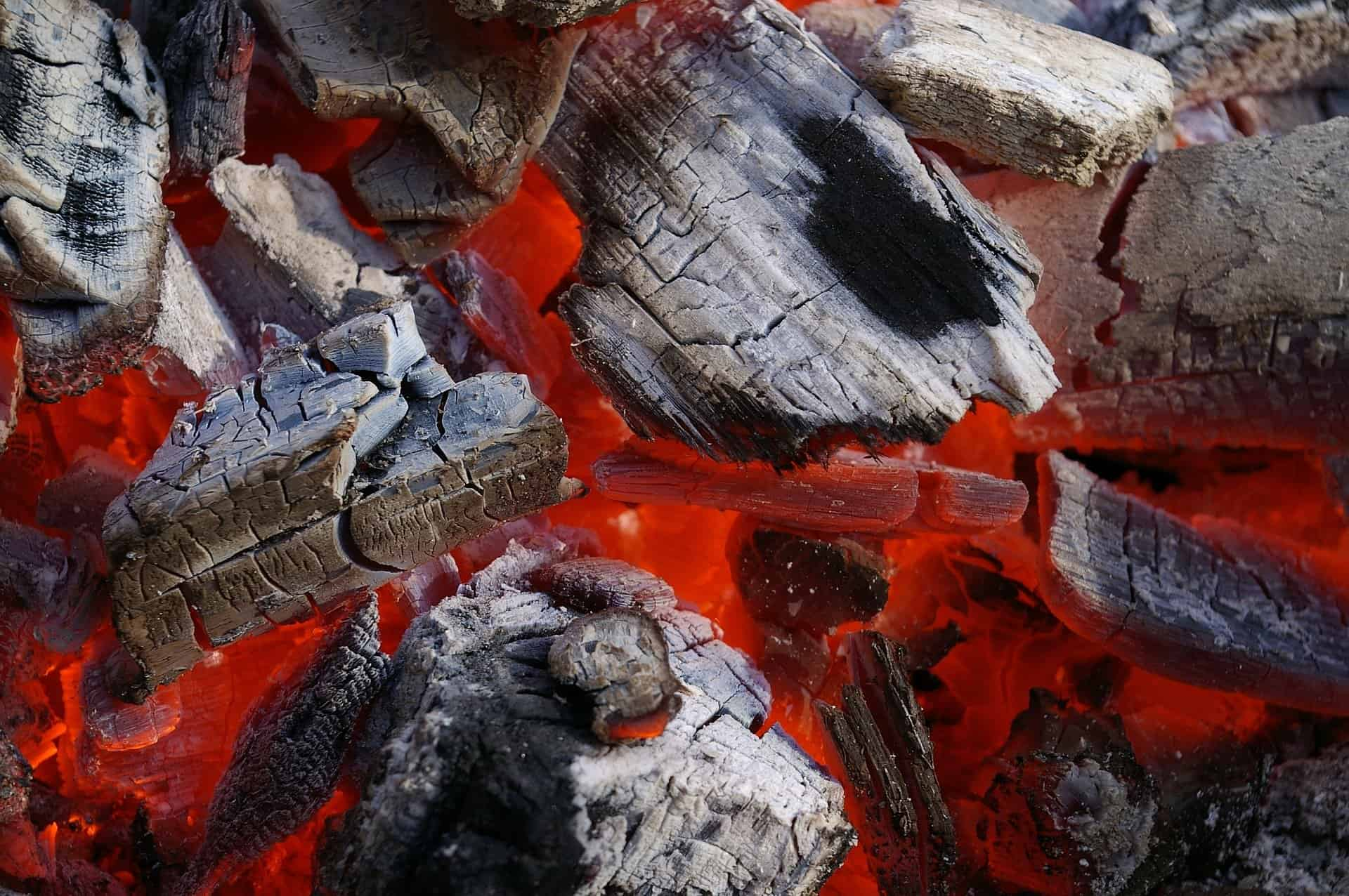 Жив огън от нестинарски ритуал