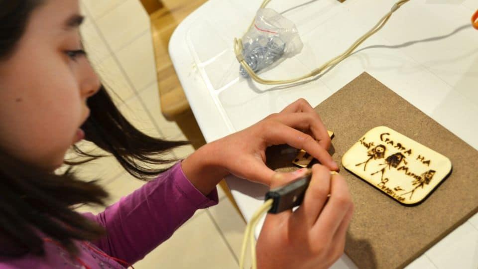 Дете гравира - част от програмата Тинтири-минтири STREAM