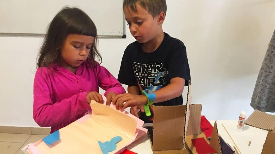 Деца правят макети на коли от картон - част от програмата Тинтири-минтири STREAM