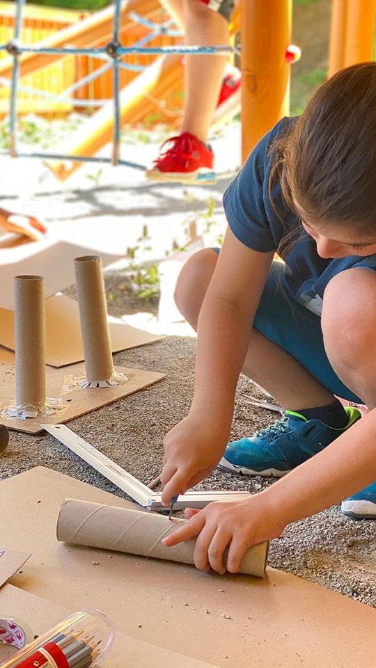 Дете прави макет на царски дворец