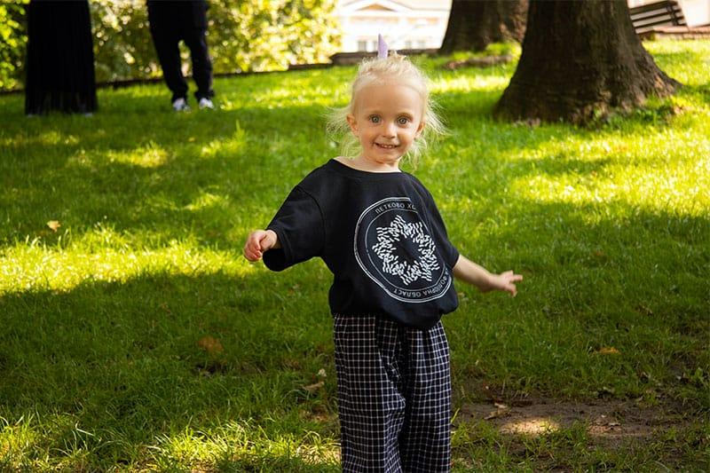 детски тениски с формите на българските хора от Таратанци