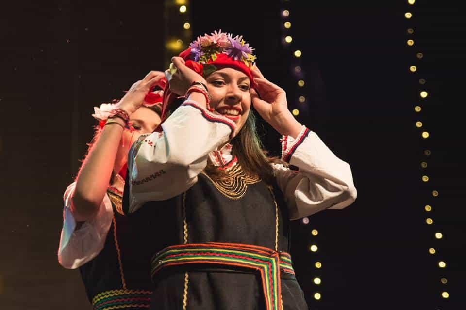 Цветина Иванова във фолклорна носия - доброволец в Таратанци