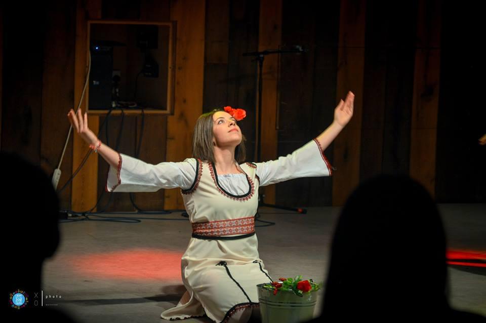 Цветина Иванова във фолклорна носия